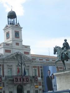 Carlos III mira la hora-Madrid, Puerta del Sol.