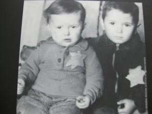 Niños judíos a los que la tribu de diferencial superior consideró de baja calidad. Museo del Holocausto, Washington.