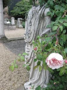 La civilización existe: Estatua romana y rosa.