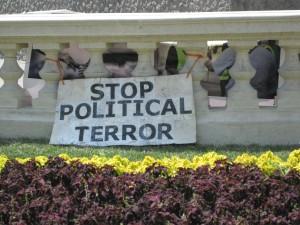Manifestación en una ciudad europea (pero hay varios terrores políticos).