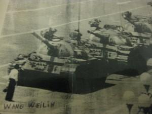 El disidente Wang Weilin, sin duda muy malo, se opone a los tanques del P. Comunista Chino. Pekín 1989.